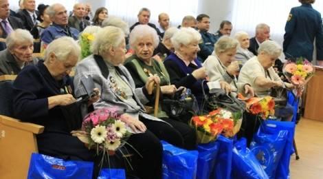 Поздравление ветеранов в связи с 80-летием гражданской обороны
