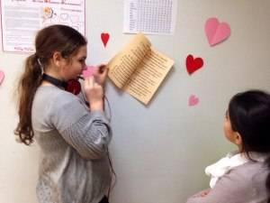 Неделя любви Школьники заняты гаданием