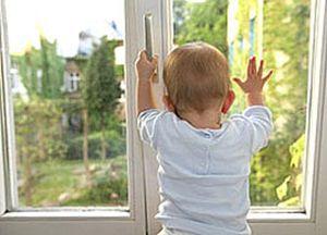 Как предотвратить выпадение ребенка из окна?